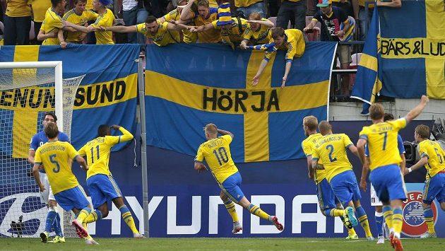 Švédský útočník John Guidetti (č. 10) slaví se spoluhráči gól proti Itálii na ME hráčů do 21 let.
