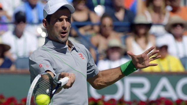 Srb Novak Djokovič ve finále turnaje v Indian Wells proti Rogeru Federerovi.