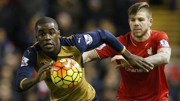 Liverpoolský Alberto Moreno (vpravo) se snaží zastavit Joela Campbella z Arsenalu.