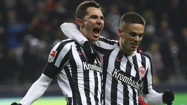 Branimir Hrgota (vlevo) z Eintrachtu Frankfurt se raduje se spoluhráčem Mijatem Gacinovičem z trefy proti Mohuči.