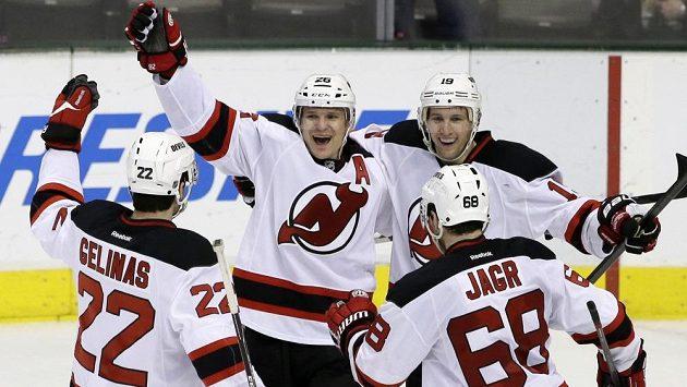 Útočníci New Jersey Patrik Eliáš (druhý zleva) a Jaromír Jágr se radují se spoluhráči z vítězství v Dallasu.