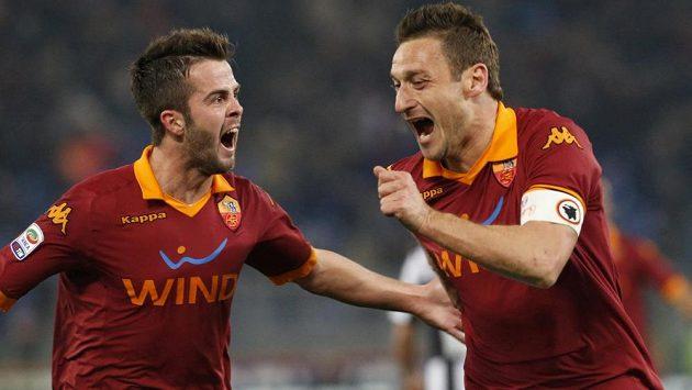 Francesco Totti (vpravo) a Miralem Pjanič slaví gól do sítě Juventusu.