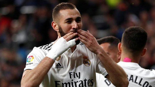 Útočník Realu Karim Benzema oslavuje vítězný gól proti týmu Huesca.