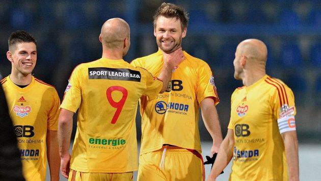 Forvard Dukly Zbyněk Pospěch (druhý zprava) přijímá gratulace od svých spoluhráčů.
