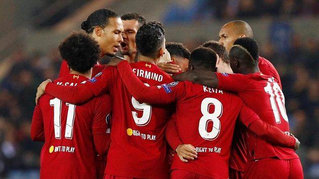 Radost hráčů Liverpoolu z úvodního gólu Alexe Oxladea-Chamberlaina proti Genku.