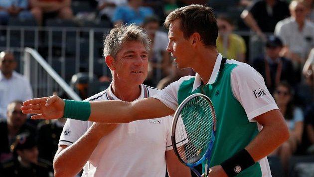 Tomáš Berdych v diskuzi s rozhodčím během prvního kola French Open.