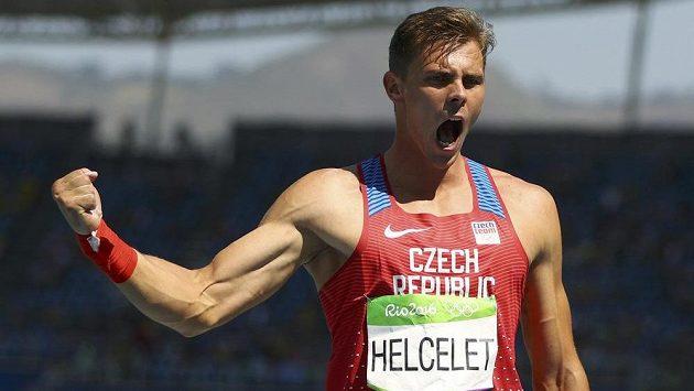 Český desetibojař Adam Sebastian Helcelet jásá po vrhu koulí, v kterém našel jen tři přemožitele.