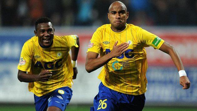 Santos Nivaldo (vpravo) a Franci Litsingi z Teplic slaví gól proti Plzni - ilustrační foto.