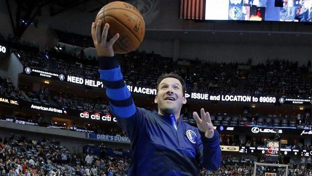 Bývalý quarterback Dallasu Cowboys Tony Romo při rozvičce basketbalistů před zápasem NBA proti Denveru Nuggets.