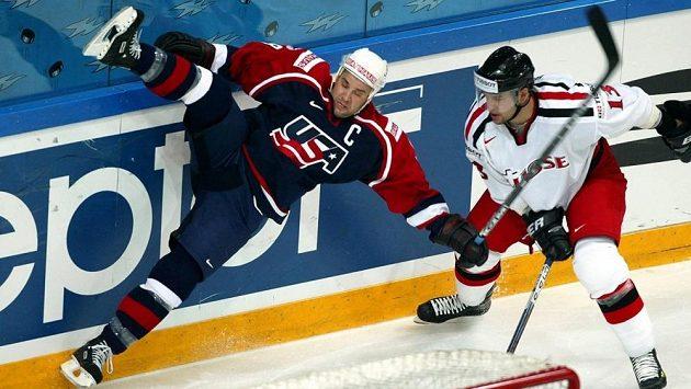 Americký hokejista Kevin Miller (vlevo) na světovém šampionátu v roce 2003.