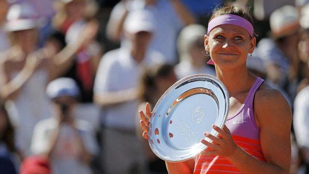 Lucie Šafářová s trofejí pro poraženou finalistku French Open.
