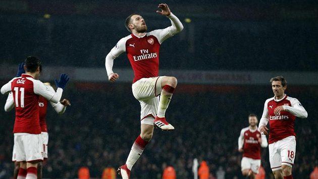 Aaron Ramsey z Arsenalu se raduje z gólu proti Evertonu.
