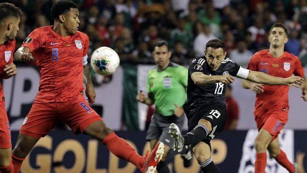 Mexický středopolař Andres Guardado (č. 18) pálí ve finálovém utkání proti USA.