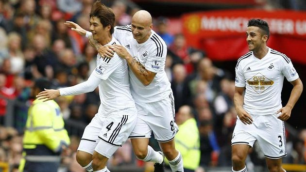 Ki Song-jung (vlevo) ze Swansea slaví gól na Old Trafford proti Manchesteru United.