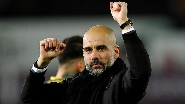 Kouč Manchesteru City Pep Guardiola se raduje po zápase na hřišti Swansea.