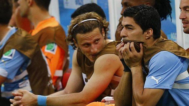 Luis Suárez (vpevo) a Diego Forlán reagují na jeden z inkasovaných gólů od podceňované Kostariky.