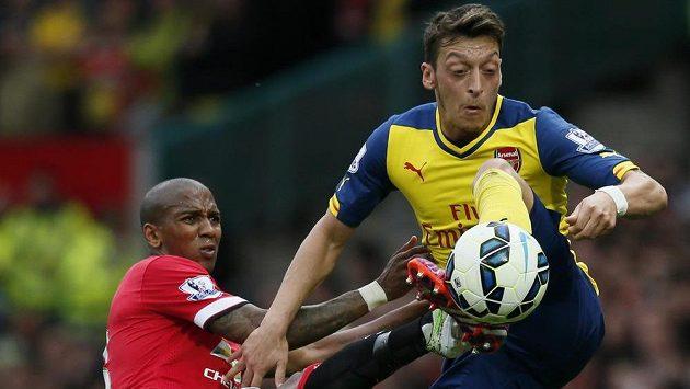 Zleva Ashley Young (Manchester United) a Mesut Özil (Arsenal).