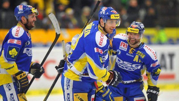 Zlínští hokejisté se radují ze vstřelení gólu.