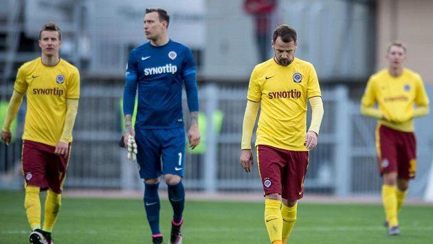 Zklamaní fotbalisté Sparty Marek Matějovský (vpravo), Marek Štěch (uprostřed) a Lukáš Mareček po utkání semifinále MOL Cupu s Jabloncem.