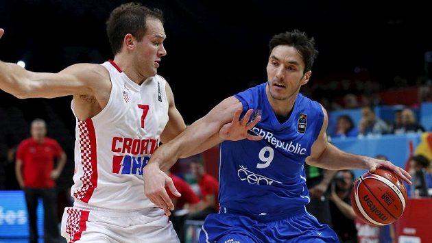 Český basketbalista Jiří Welsch (vpravo) drží míč před Chorvatem Bojanem Bogdanovičem v osmifinále ME.