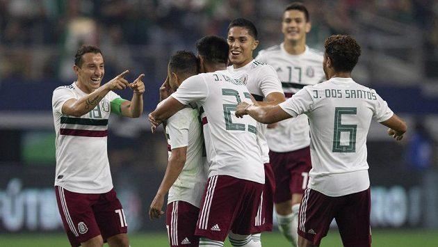 Mexický záložník Andres Guardado slaví se spoluhráči z národního týmu vstřelený gól do sítě Ekvádoru.