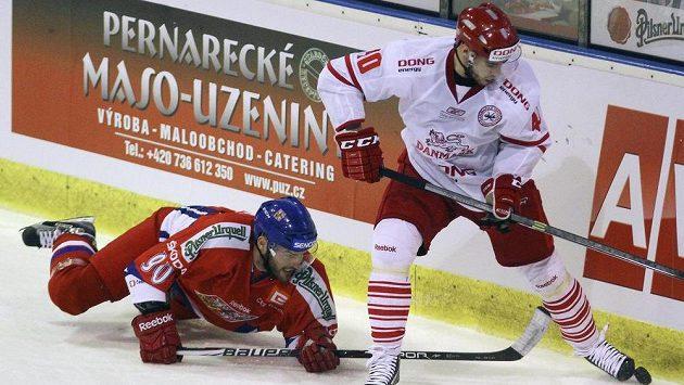 Robert Kousal (vlevo) bojuje s Dánem Jesperem Jensenem.