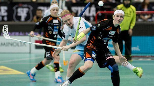 V Superfinále play off florbalové extraligy žen bojují Tamara Hašová z Herbadentu (vpravo) a Andrea Pastušková z Vítkovic.