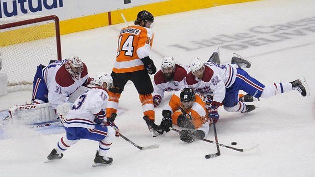 Ačkoliv hokejisté Montrealu věnovali Jakubu Voráčkovi (č. 93) velkou pozornost, dokázal se český útočník Philadelphie v pátém utkání 1. kola play off NHL hned dvakrát střelecky prosadit.