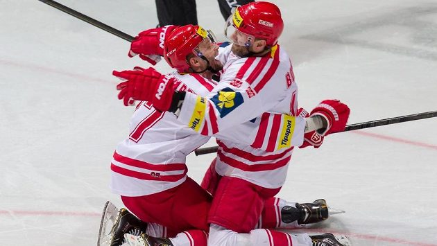 Třinečtí útočníci Martin Růžička (vlevo) a Radek Bonk se radují z gólu proti Pardubicím.