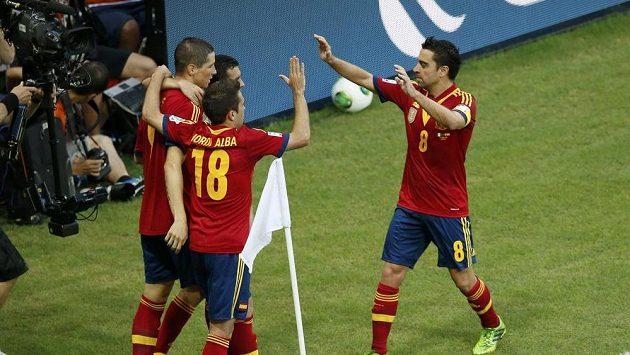 Španělští fotbalisté se radují z branky Fernanda Torrese (vlevo).