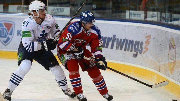 Obránce Lva Praha Martin Ševc (vpravo) v souboji s Jevgenijem Gračjovem z Vladivostoku.