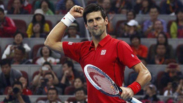 Djokovič oslavuje obhajobu svého triumfu na turnaji v Pekingu.