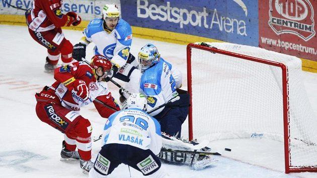 Slávista Tomáš Hertl (vlevo) střílí gól do plzeňské branky.