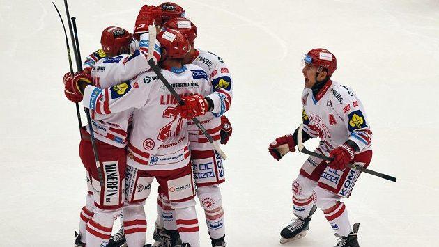 Třinečtí hokejisté slaví gól.