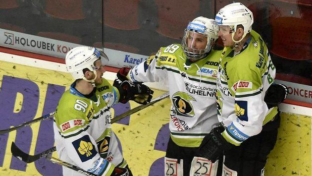Karlovarští hokejisté zleva Martin Rohan, Tomáš Rohan a Martin Bartek. Energie půjde do play out z posledního místa.