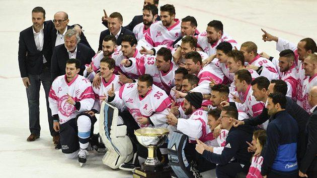 Hokejisté Liberce s Prezidentským pohárem pro vítěze základní části extraligy.