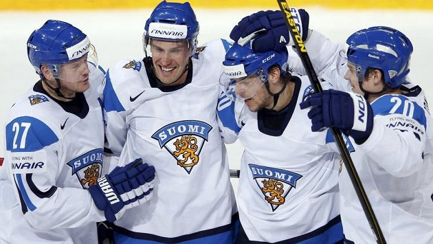 Finští hokejisté slaví gól na domácím MS.