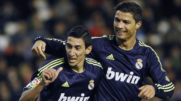 Angel Di Maria (vlevo) se raduje se spoluhráčem z Realu Madrid Cristianem Ronaldem ze své branky proti Valencii.