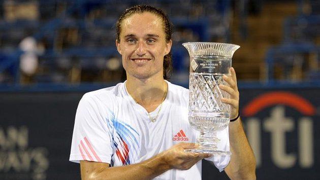 Alexandr Dolgopolov s trofejí pro vítěze turnaje ve Washingtonu.