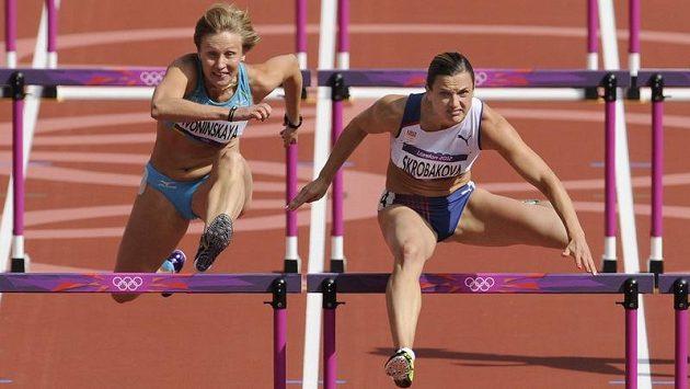 Lucie Škrobáková (vpravo) při rozběhu závodu na 100 metrů překážek.