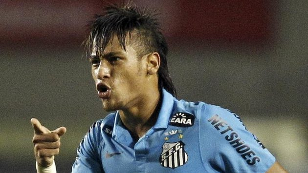 Brazilec Neymar oslavuje gól proti Corinthias