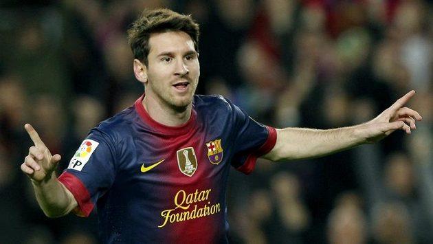 Barcelonský Lionel Messi slaví své dva góly proti Zaragoze.
