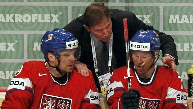 Trenér hokejové reprezentace Alois Hadamczik udílí pokyny svým svěřencům