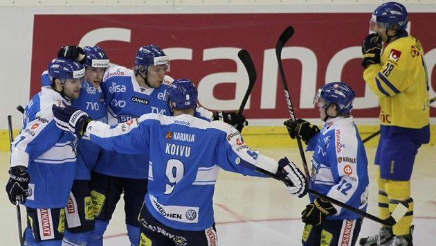 Finští hokejisté slaví gól proti Švédům na KajotBet Hockey Games.