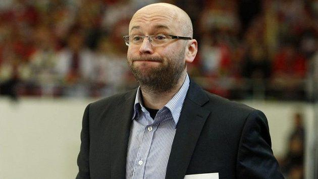 Pavel Hynek skončil na střídačce hokejistů Slavie.
