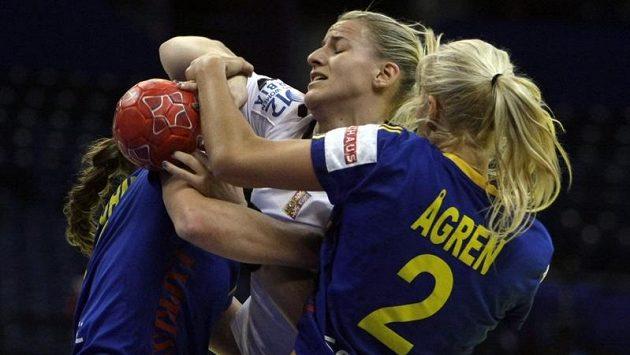 Petra Vítková (uprostřed) se marně snažila dostat skrz švédskou obranu.