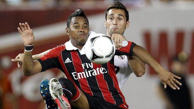 Fotbalista AC Milán Robinho (vpředu) v souboji s Alvarem Arbelou z Realu Madrid.