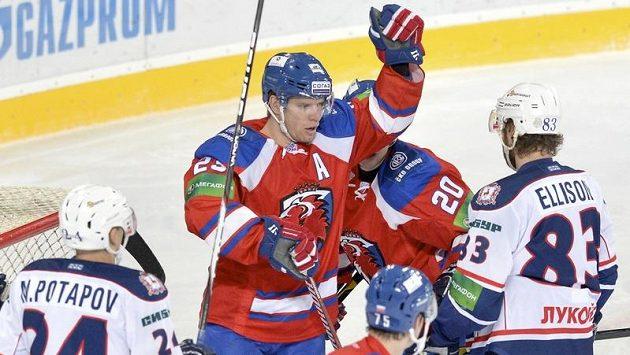 Slovenský útočník Ľuboš Bartečko (druhý zleva) se raduje ze vstřelení gólu do sítě Nižného Novgorodu.