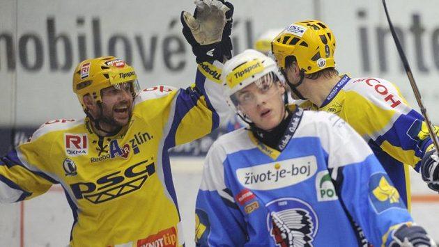 Hokejisté Zlína Petr Leška (vlevo) a Michal Důras (vpravo) se radují z branky. Vpředu je jeden z plzeňských hokejistů.