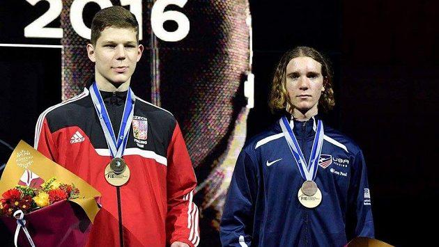 Český kordista Jakub Jurka (vlevo) skončil společně s Američanem Adrienem Theinem-Sandlerem na třetím místě na MS kordistů do 17 let.